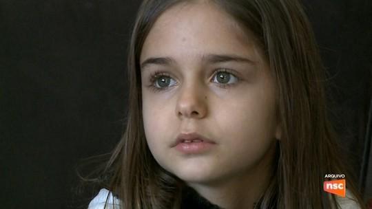 Menina que foi aos EUA para tratamento contra câncer raro morre em SC