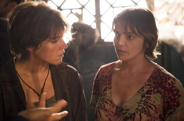 Maria (Alice Wegmann) e Bethânia (Titina Medeiros) (Foto: TV Globo)