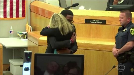 Irmão de homem assassinado no Texas abraça ex-policial que o matou: 'não desejo nada de ruim para você'