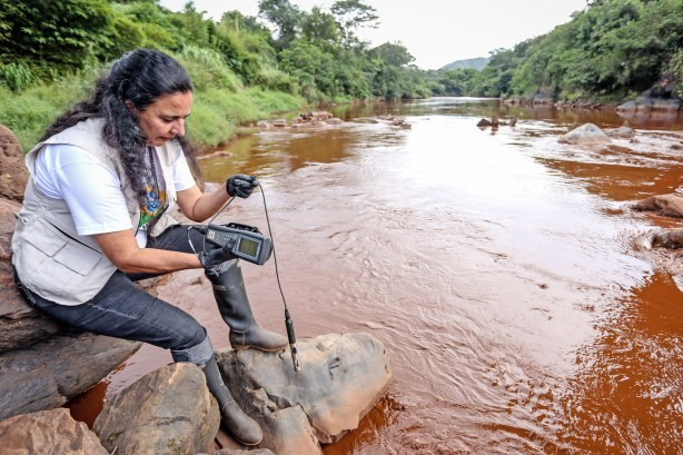 Malu Ribeiro, especialista em Água da Fundação SOS Mata Atlântica, recolhe material no Rio Paraopeba. (Foto: Gaspar Nóbrega/ SOS Mata Atlântica)