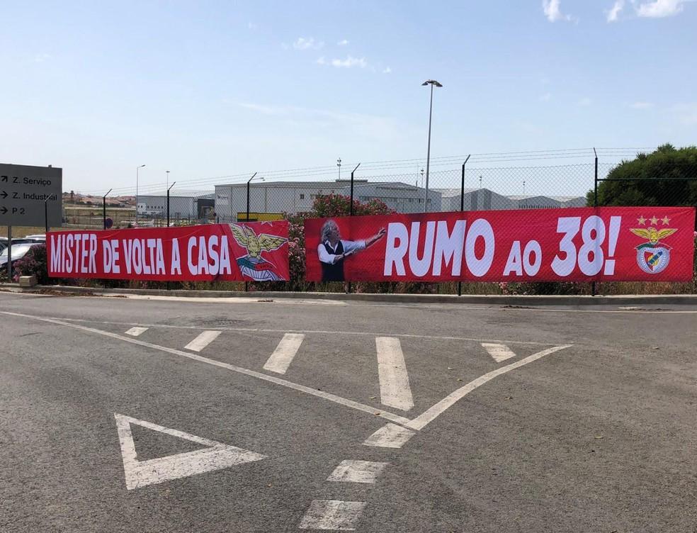 Faixas na parte externa de aeroporto celebram volta de Jorge Jesus ao Benfica — Foto: Leonardo Monteiro