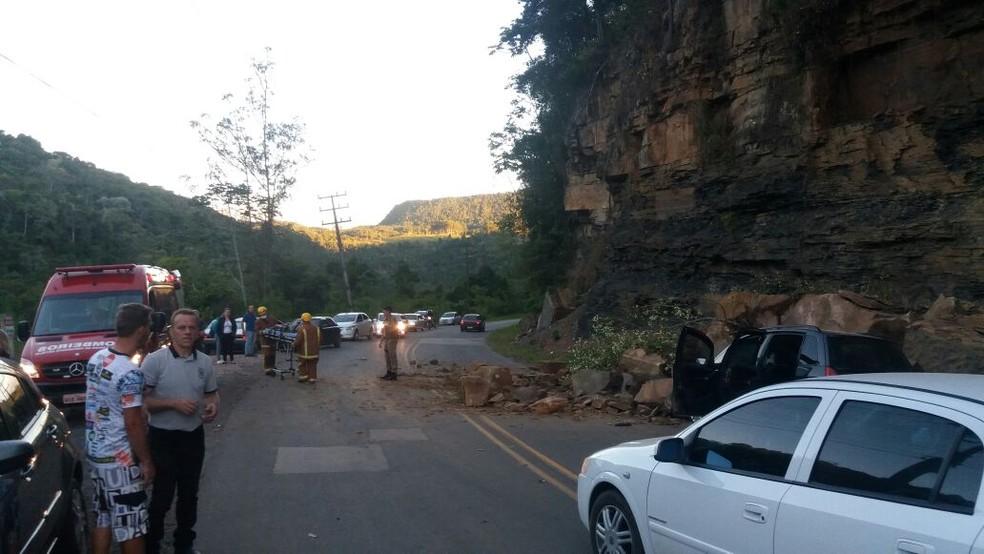 Veículo foi danificado pelas pedras na SC-340 (Foto: Bombeiros Voluntários de Presidente Getúlio/Divulgação)