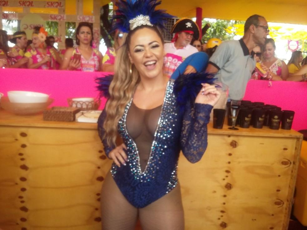 Madonna do brega, Michelle Melo se apresenta pela segunda vez no Galo da Madrugada (Foto: Pedro Alves/G1)