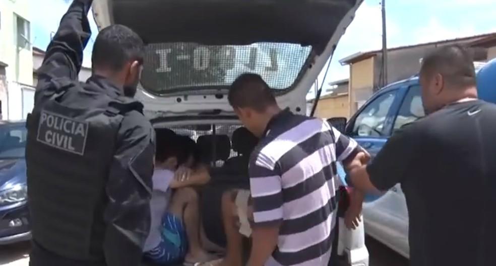 Já na região sul, seis mandados foram cumpridos na cidade de Teixeira de Freitas.  — Foto: Reprodução / TV Santa Cruz