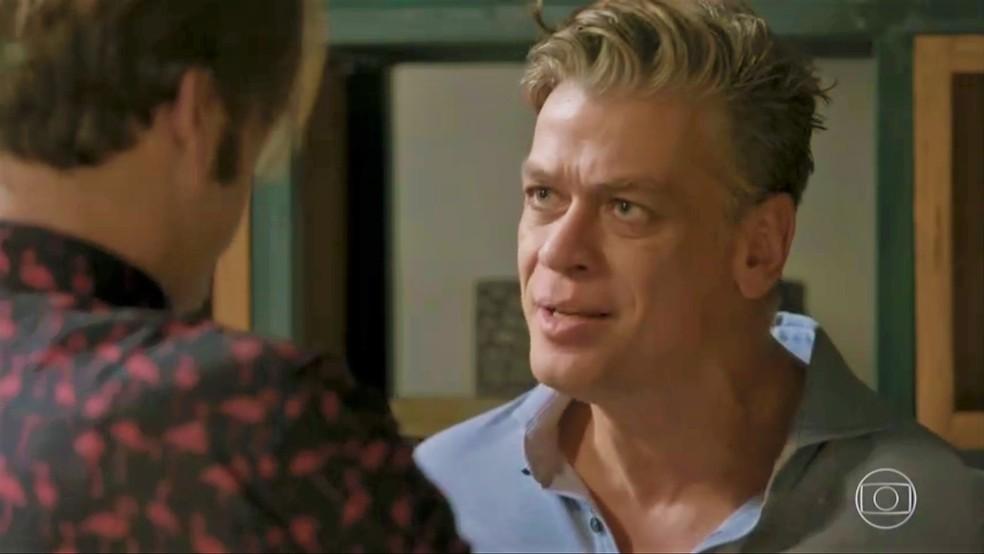 Arthur (Fábio Assunção) fica decepcionado com Carol (Juliana Paes) — Foto: TV Globo