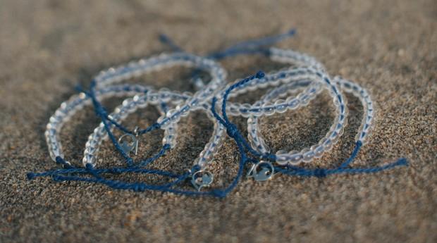 As pulseiras da 4Ocean são feitas com material reciclado (Foto: Divulgação)