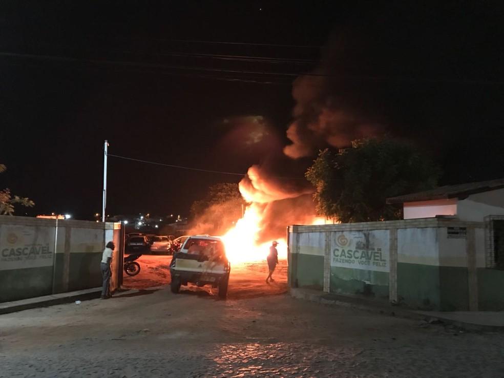 Criminosos incendiaram mais de 50 veículos que estavam apreendidos em terreno na cidade de Cascavel. (Foto: Reprodução/TVM)