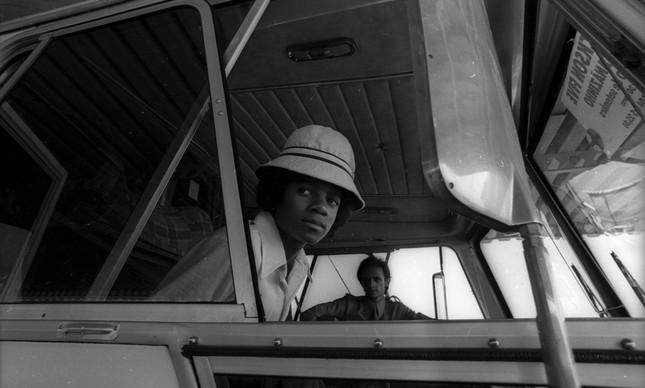 Michael Jackson após o desembarque do grupo Jackson Five no Aeroporto do Galeão, Rio de Janeiro, em 16 de setembro de 1974