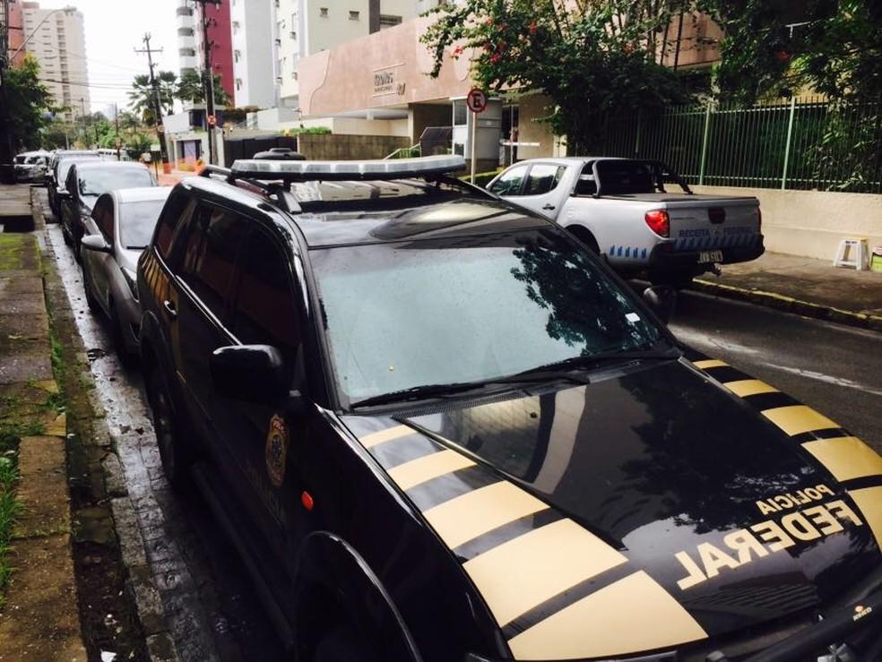 Carro da Polícia Federal estacionado em rua do Recife durante buscas da Operação Lava Jato (Foto: Thiago Augustto/TV Globo)