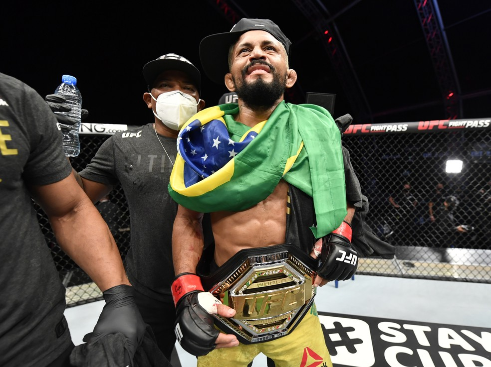 Deiveson Figueiredo com o cinturão do UFC — Foto: Getty Images