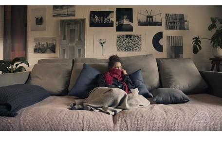 Fabiula Nascimento como a personagem Clara na sua sala. Cada dupla de artistas gravou em sua própria casa devido à quarentena Reprodução