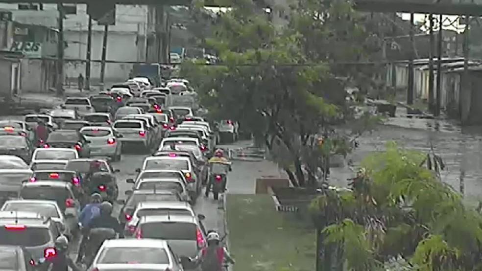 Engarrafamento é registrado na manhã desta quarta-feira (14), na Avenida Sul, no Recife — Foto: Reprodução/TV Globo