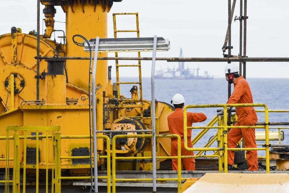 Trabalhadores na plataforma P-57, no Sul capixaba  (Foto: Gabriel Lordêllo/Mosaico Imagem/Petrobras)