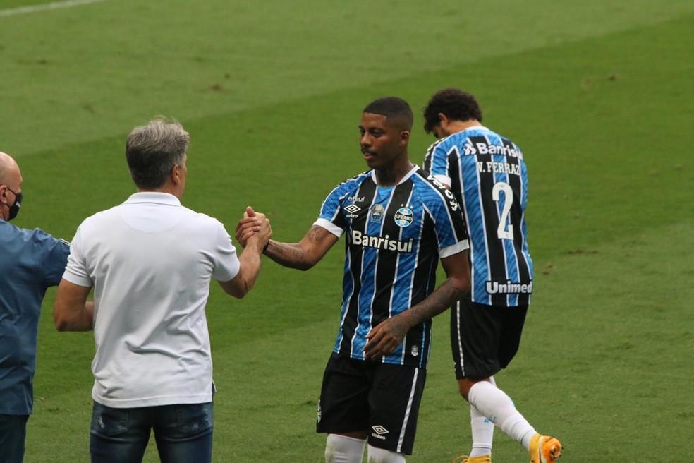 Jean Pyerre cumprimenta Renato após marcar contra o Goiás — Foto: Eduardo Moura/ge.globo