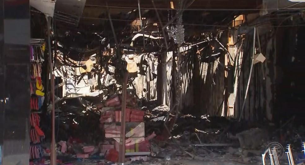 Loja ficou completamente destruída com o incêndio — Foto: Reprodução/TV TEM
