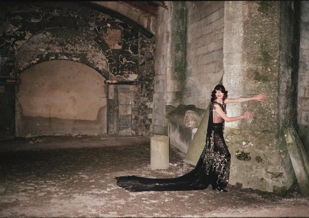 Marisha Urushadze usa capa de tule, vestido de seda com bordados florais de paetês e botas de couro envernizado. Todas as peças são do cruise 2019 da Gucci (Foto: Gia Coppola)