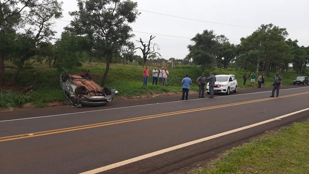 Motorista perdeu controle do veículo em curva da vicinal de Assis — Foto: Adolfo Lima/TV TEM