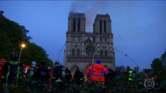 Incêndio é controlado e Catedral de Notre-Dame não corre risco de desabar
