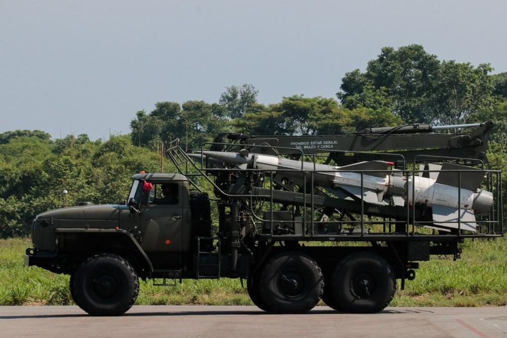 Caminhão militar venezuelano transporta mísseis durante exercício perto da fronteira com a Colômbia nesta terça-feira (10) — Foto: Schneyder Mendoza/AFP