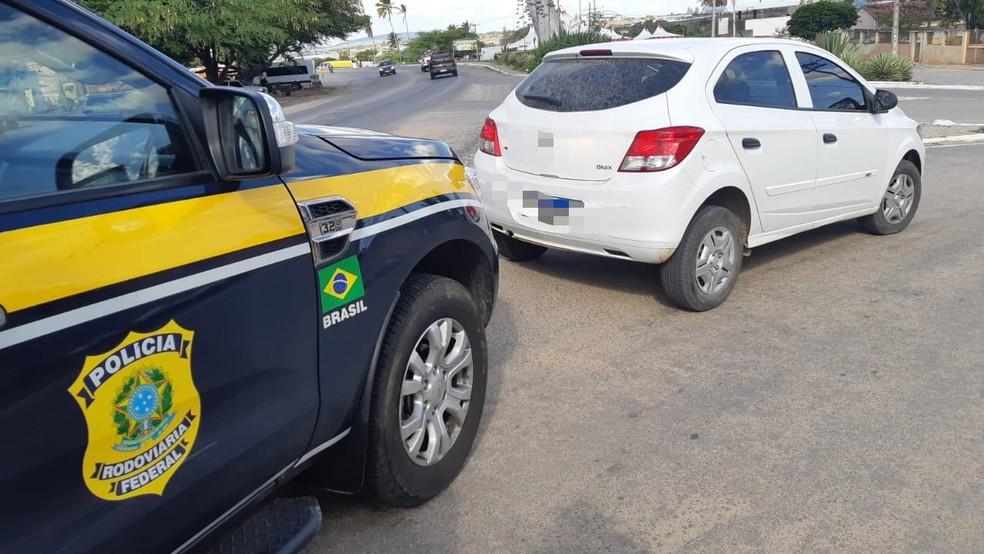 Homicida é detido com carro roubado e documentos falsos em Lajedo — Foto: PRF/Divulgação