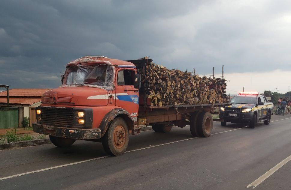 Motorista sem CNH é preso ao ser flagrado com carga irregular em caminhão sem para-brisa - Notícias - Plantão Diário