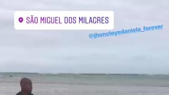 Ex-Fla e Vasco, Wellington Silva e Jhon Cley improvisam futmesa em praia paradisíaca de Alagoas; vídeo