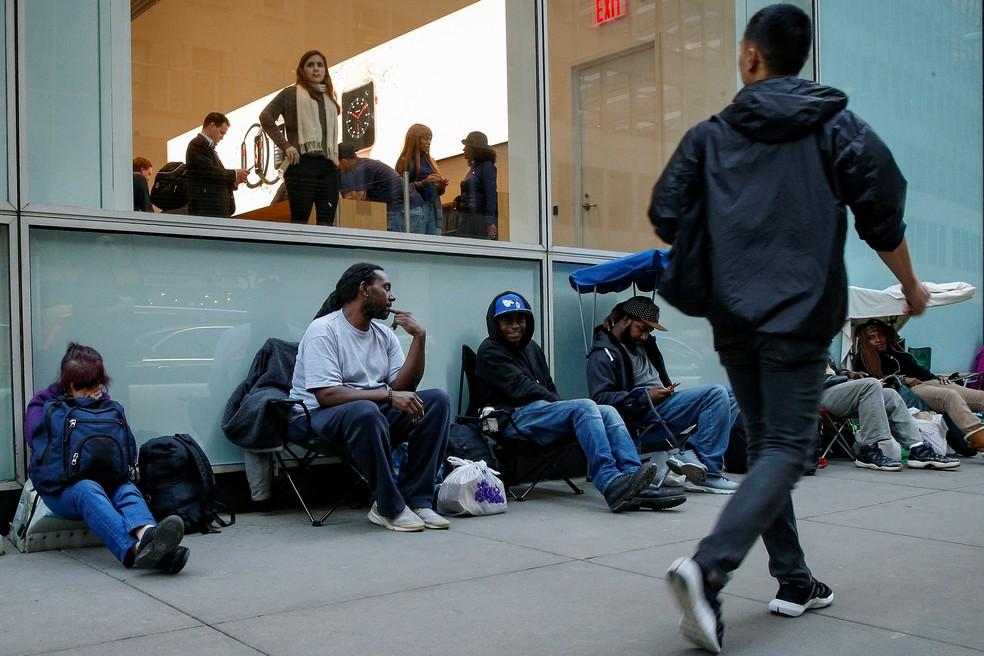 ebd38ea92a1 ... Clientes esperam na fila para comprar iPhone X em Nova York — Foto   Brendan McDermid