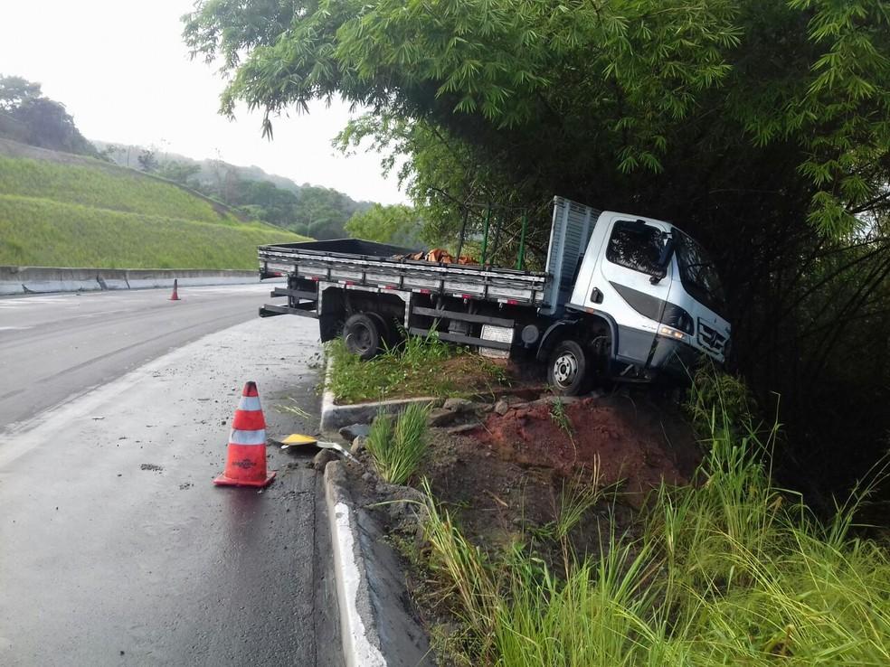 Caminhão ficou atravessado entre a pista e uma ribanceira em Goiana (Foto: Divulgação/PRF)