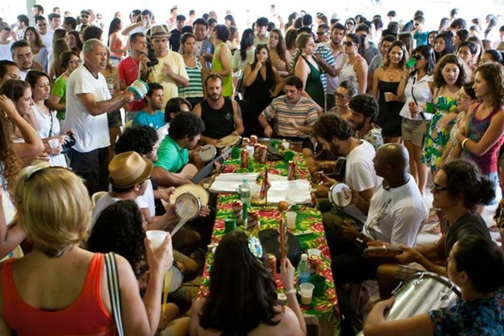 Samba do Regional da Nair reúne o público em torno da mesa — Foto: Julia Terayama/ Divulgação