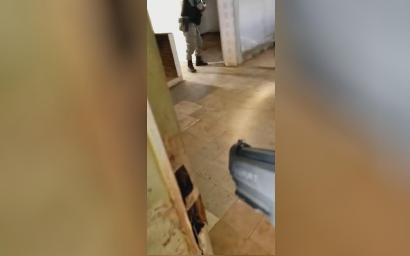 Policiais vistoriam chácaras abandonadas à procura de Lázaro Barbosa; vídeo