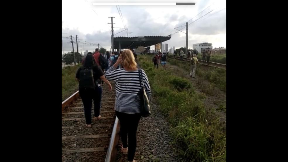Passageiros andando pelos trilhos no Metrô do Recife na manhã desta terça-feira (6) — Foto: Reprodução/WhatsApp