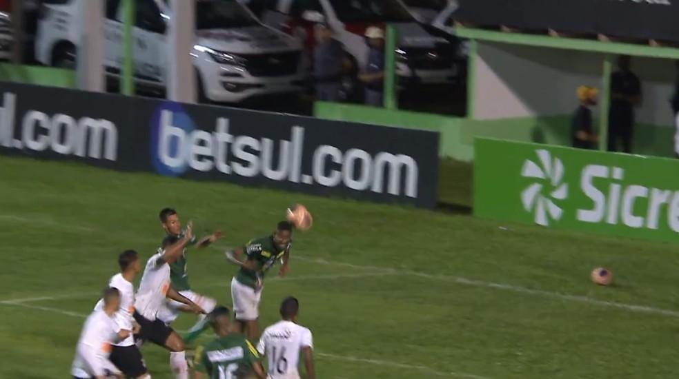 Fluminense-PI reclama de gol da Francana  — Foto: SporTV