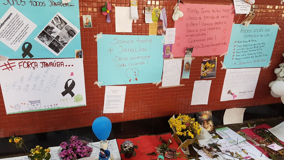 Cartazes e flores são deixados na porta do Hospital de Pronto-Socorro João XXIII, em Belo Horizonte, para os feridos no ataque a creche de Janaúba — Foto: Thaís Pimentel/G1