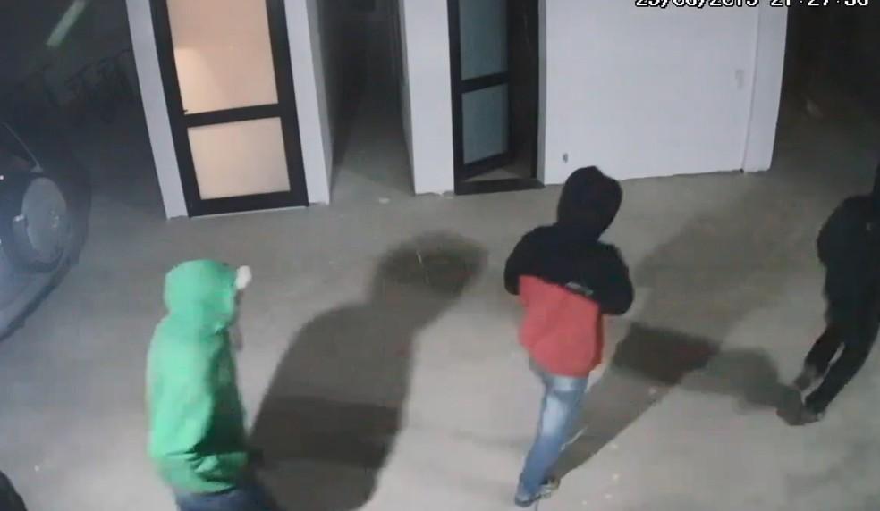 Grupo foi registrado por câmeras de segurança — Foto: Reprodução/Câmera de segurança