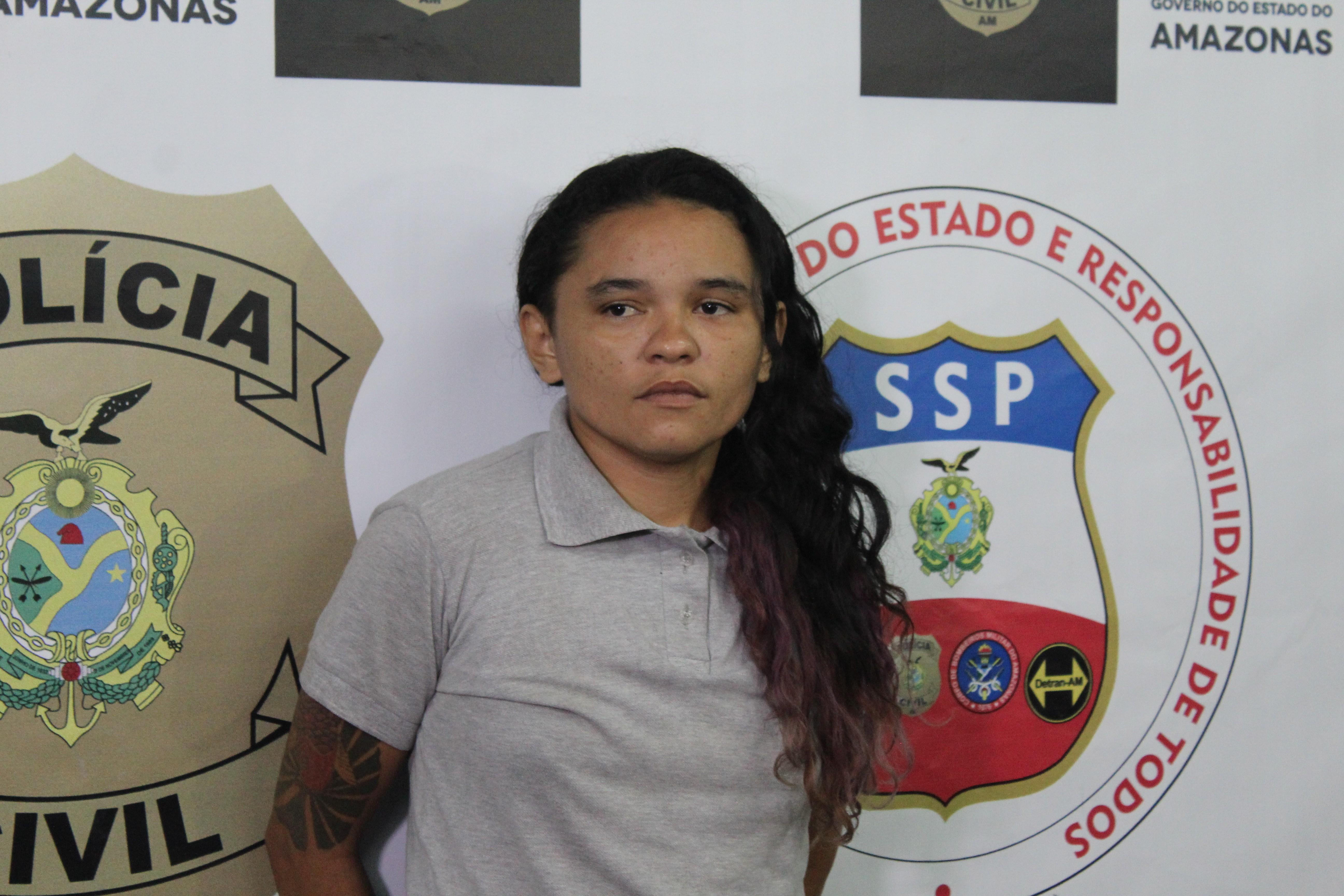 Suspeita de roubar moto de sargento da PM se entrega à polícia, em Manaus