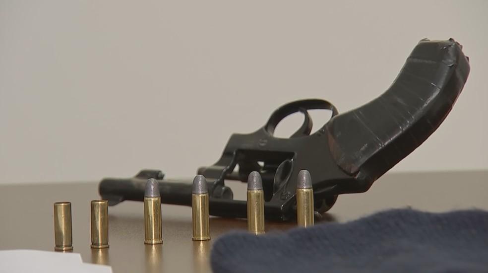 Arma usada no crime foi apreendida — Foto: Reprodução/TV TEM