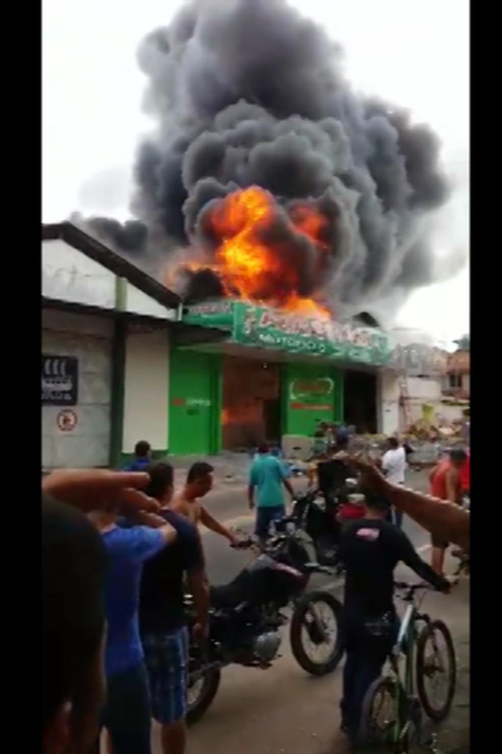 -  Incêndio atinge loja de peças de moto e bicicleta no centro de Castanhal, no Pará  Foto: Edvan Souza/TV Liberal