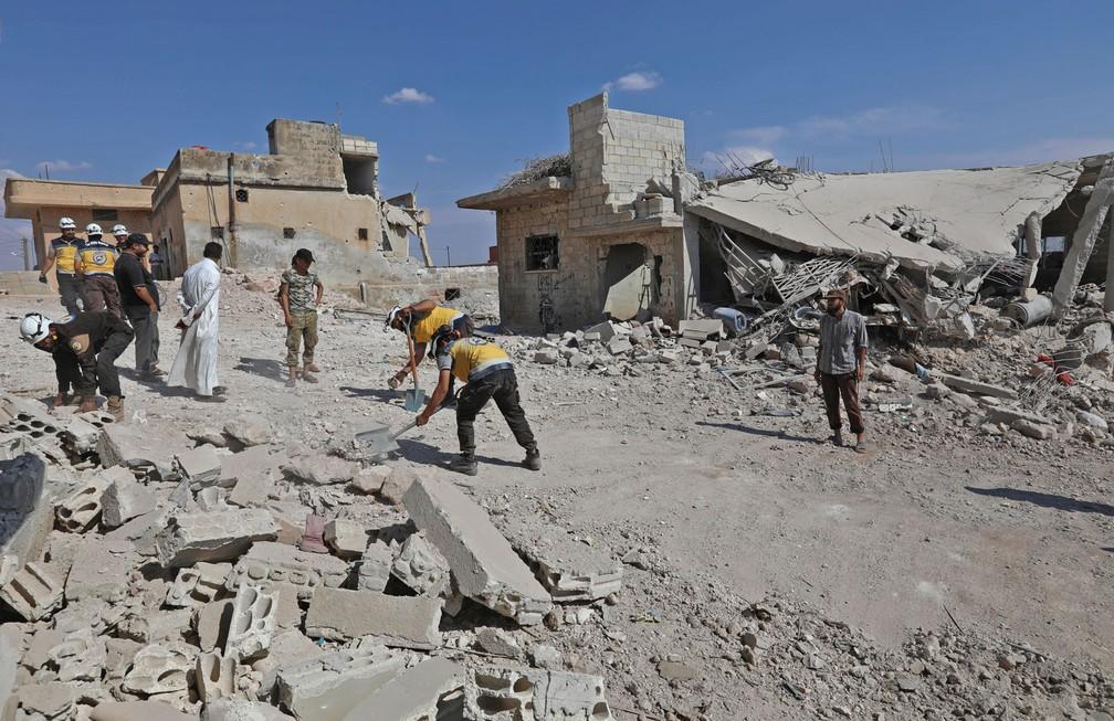 -  Equipes de resgate retiram nesta segunda-feira  10  escombros de destruição causada por bombardeios em Al-Habit, no sul da província de Idlibe  Foto: