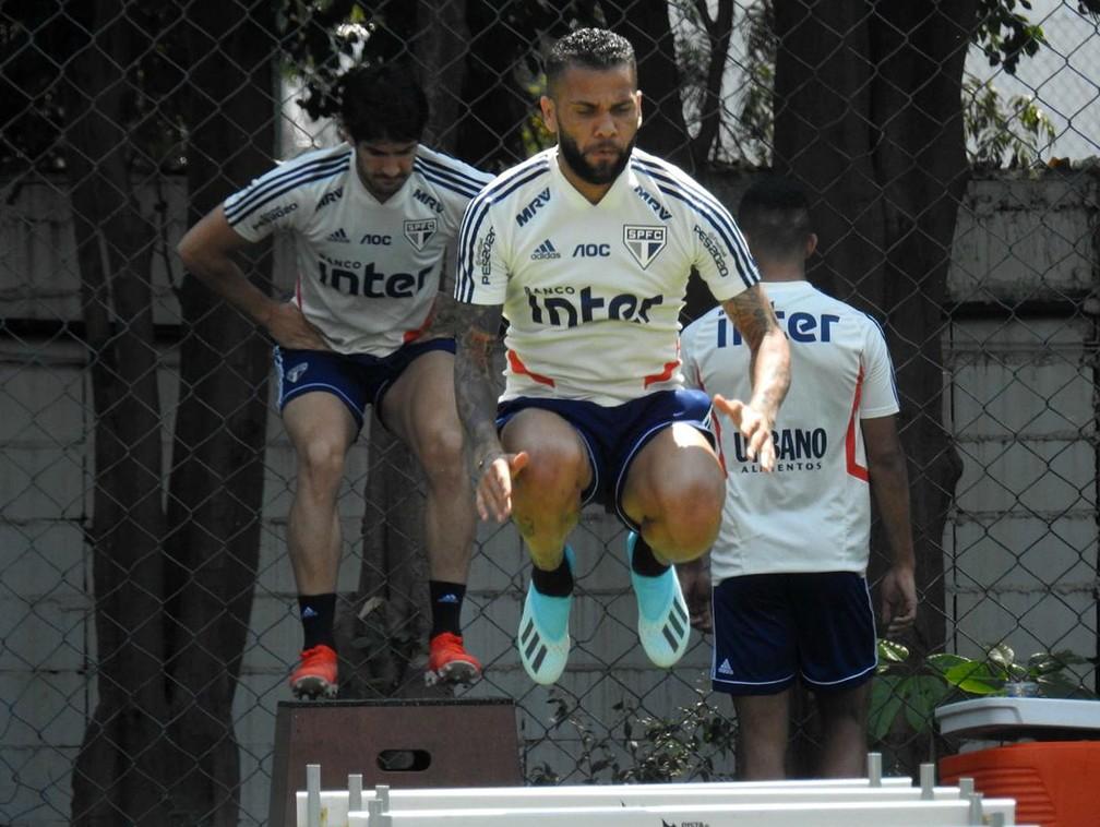 Daniel Alves durante treinamento do São Paulo no CT da Barra Funda — Foto: Marcelo Hazan