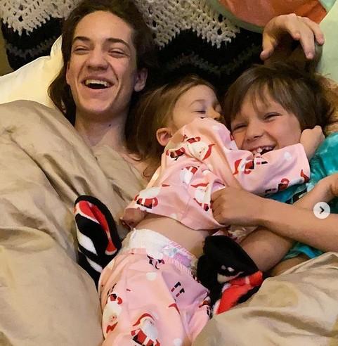 Os dois filhos mais velhos e a filha caçula da atriz Kate Hudson (Foto: Instagram)