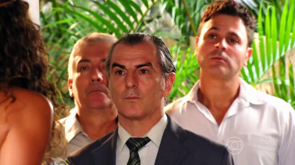 Gonzalo (Norberto Presta) diz à família de Cassiano (Henri Castelli) que ele é um bandido - 'Flor do Caribe' — Foto: Globo