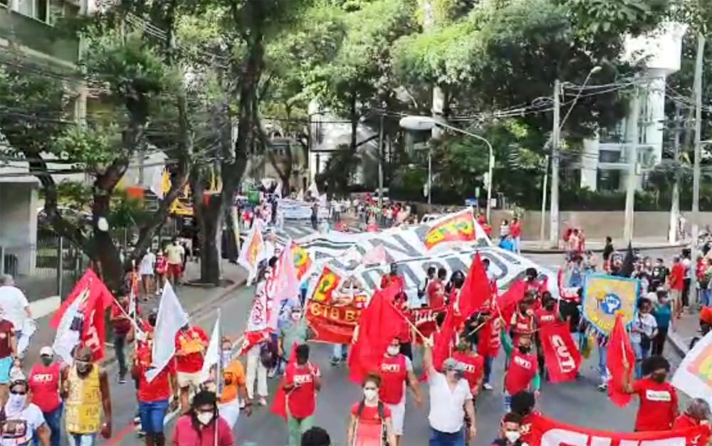 Manifestantes fazem ato contra Bolsonaro e a favor da vacinação em Salvador