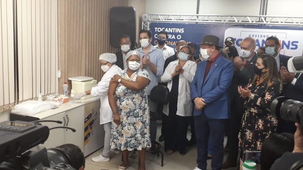 Enfermagem Jocília Tito Barbosa foi a segunda vacinada — Foto: Edson Reis/G1