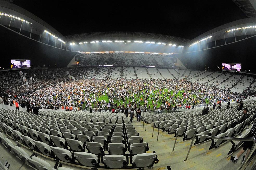 Torcedores invadem gramado da Arena (Foto: Marcos Ribolli)