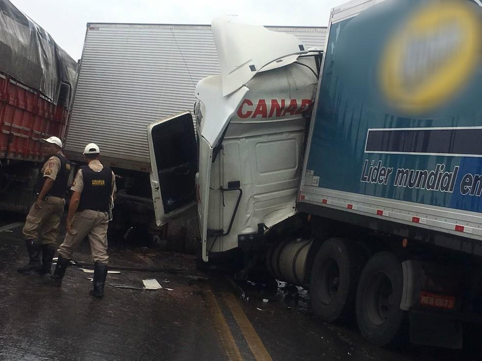 Acidente foi na ponte do Córrego das Flores (Foto: Polícia Militar/Divulgação)