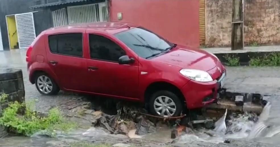 Buraco abriu durante a chuva na rua Sebastião Barreto, no bairro Neópolis em Natal — Foto: Cedida