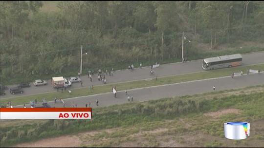 Cegonheiros protestam em frente à fábrica da Caoa Chery em Jacareí