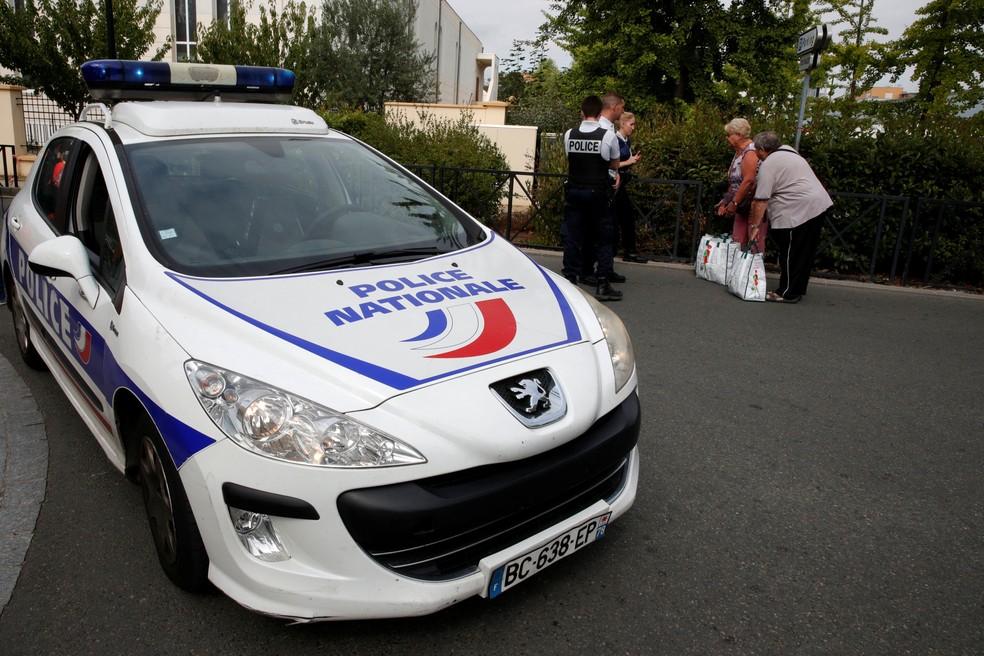 Polícia bloqueia rua após ataque com faca em Trappes, na França, nesta quinta-feira (23) (Foto:  REUTERS/Philippe Wojazer)