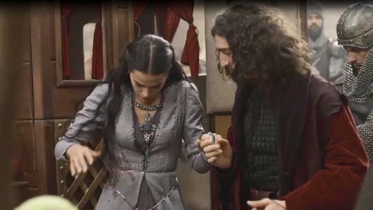 Catarina é hostilizada pelo povo de Montemor e atingida por tomate