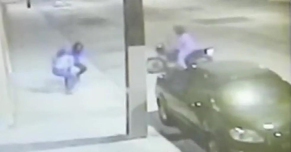 Após reação e um tempo de luta, ladrão desistiu e  saiu sem levar a bolsa.  (Foto: TV Verdes Mares/Reprodução)
